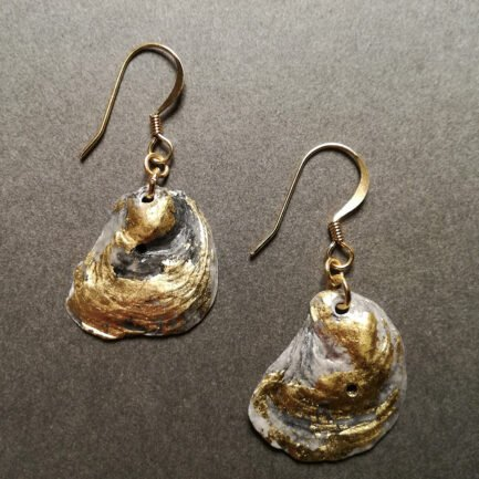 Gold and gray oyster-shell earring